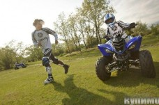 2012-Yamaha-YFM90-EU-Racing-Blue-Action-003_gal_full